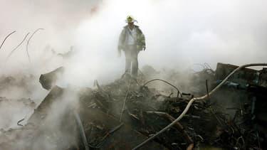 Un pompier sur les ruines du World Trade Center le 11 octobre 2001 à New York.