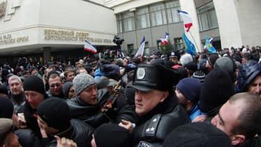 Heurts entre partisans pro-Russes et du nouveau pouvoir ukrainien devant le Parlement de Crimée, ce mercredi 26 février, à Simféropol.