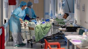 Des soignants prenant en charge des patients Covid en France.