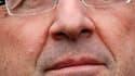 """Le candidat socialiste à l'élection présidentielle, François Hollande, a écrit aux participants de la primaire qu'il a remportée le 16 octobre pour leur demander d'être """"les artisans"""" de sa victoire en 2012. /Photo prise le 19 décembre 2011/REUTERS/Stépha"""