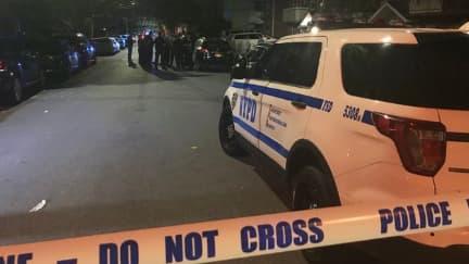 Au moins cinq personnes ont été blessées au couteau cette nuit, dans une maison new-yorkaise.