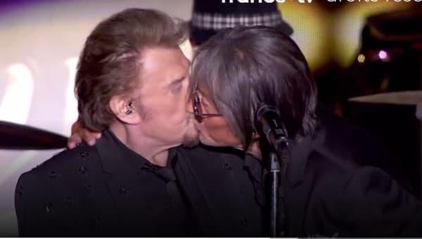 Jacques Dutronc embrassant Johnny Hallyday pendant un concert des Vieilles Canailles.