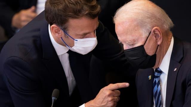 Les présidents français Emmanuel Macron (g) et américain Joe Biden avant une réunion de l'Otan à Bruxelles, le 14 juillet 2021