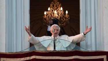 Benoît XVI au balcon de la résidence d'été des papes à Castel Gandolfo pour son dernier salut.