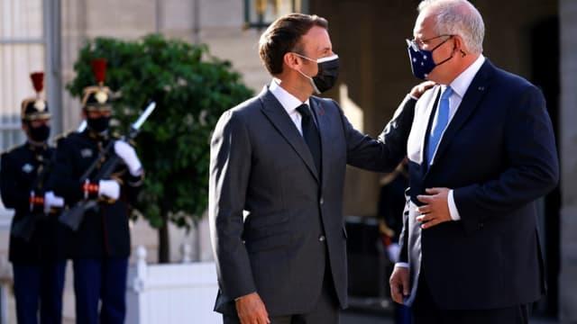 Le président français Emmanuel Macron saluant le Premier ministre australien Scott Morrison le 15 juin 2021 dans la cour de l'Elysée