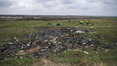 Enquêteurs néerlandais et malaisiens travaillent sur les lieux du crash du vol MH17 près du village de Grabove, en Ukraine,  le 16 avril 2015.