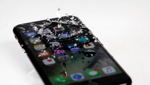 L'iPhone 7 résiste à l'eau, aux éclaboussures et aux courtes immersions.