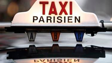 Dans le cadre de l'examen du projet de loi Grenelle II, les députés ont renoncé à remettre en cause le monopole des taxis parisiens vers l'aéroport de Roissy-Charles-de-Gaulle. /Photo d'archives/REUTERS/Charles Platiau
