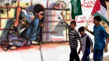 """Un graffiti représentant Mohammed al Doura, un jeune palestinien mort dans les bras de son père lors de tirs croisés entre l'armée israélienne et des activistes palestiniens au début de la seconde """"intifada"""", à Gaza. Les autorités israéliennes ont exigé d"""