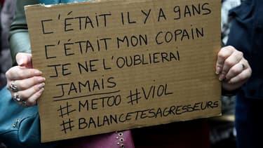 Une femme tenant une pancarte lors d'une manifestation place de la République, le 29 octobre 2017 à Paris.