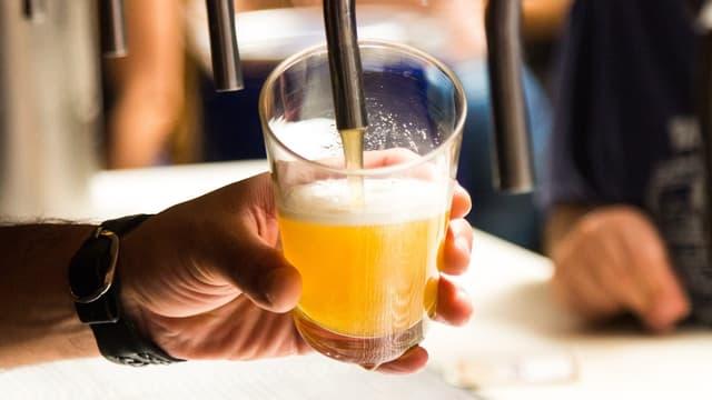 Une personne servant une bière (photo d'illustration)