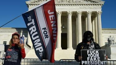 Partisans et opposants du président Donald Trump devant la Cour suprême des Etats-Unis à Washington le 27 octobre 2020