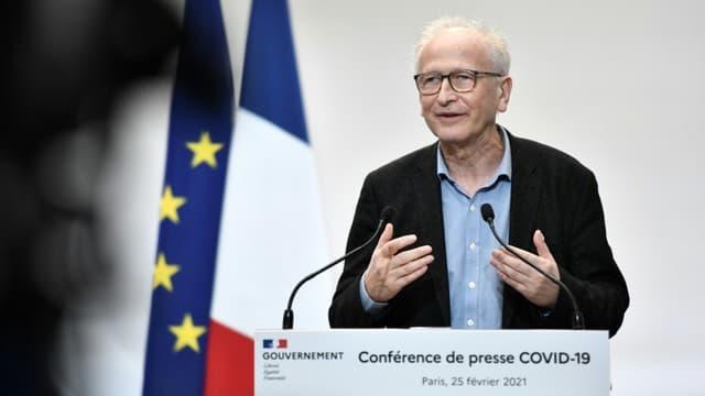 """Alain Fischer """"Monsieur Vaccin"""" lors d'une conférence de presse à Paris, le 25 février 2021"""