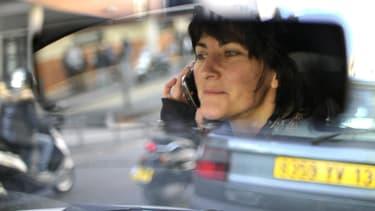 Image d'illustration - Une conductrice utilise son téléphone au volant en 2012 à Marseille (Bouches-du-Rhône).