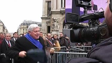 Bruno Gollnisch a frappé l'équipe du Petit journal de Canal +, ce vendredi lors du défilé du FN.