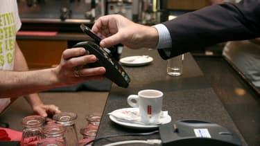 Si près de la moitié des cartes bancaires en circulation en France sont sans contact, son usage serait moins répandu qu'ailleurs.