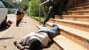 Le corps d'un homme gisant à proximité du centre commercial, pendant l'affrontement entre les forces de l'ordre et les hommes armés.