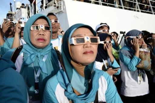 Des passagers du navire de croisière KM Kelud près de l'île de Belitung en Indonésie regardent une éclipse totale du soleil le 9 mars 2016