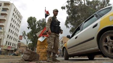 Un soldat yémenite devant un check-point à Sanaa, la capitale, dimanche dernier.