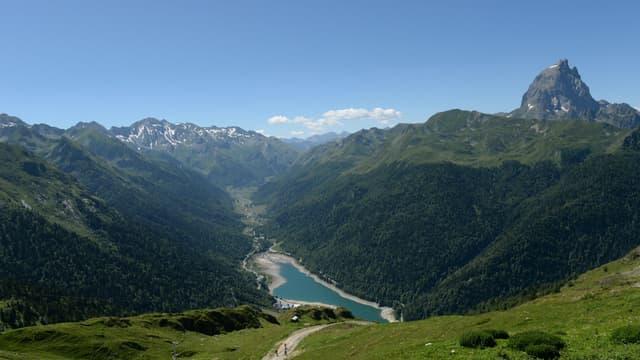 Vue sur le Pic du Midi dans la vallée d'Ossau, dans les Pyrénées-Atlantiques