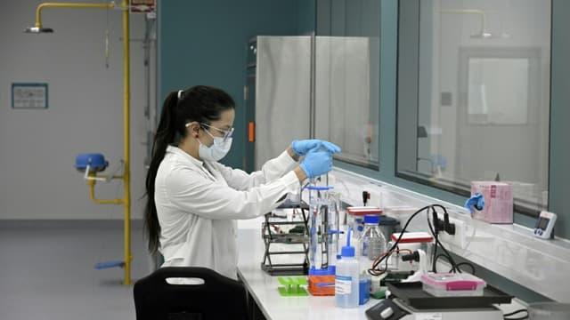 Une scientifique travaille au laboratoire mAbxience à Garin, en Argentine, où doit être produit un vaccin expérimental contre le Covid-19, le 14 août 2020