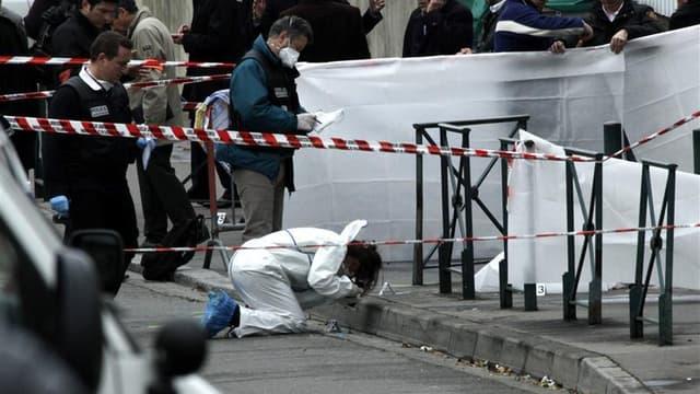 Enquêteurs et policiers devant l'école juive Ozar Hatorah, à Toulouse, où trois enfants et un adulte ont été tués lundi. Le mouvement islamiste des Jund al Khilafah (Soldats du Califat) revendique la tuerie de Toulouse imputée à Mohamed Merah, dans un com