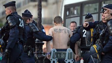 """Durant la manifestation, les """"Hommen"""" ont suspendu une banderole contre le mariage homo sur un pont."""