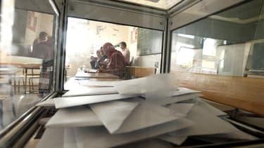 """Dans un bureau de vote d'Alger. Les observateurs de l'Union européenne ont salué dans les élections législatives algériennes de jeudi """"un premier pas sur la voie des réformes"""", malgré les accusations de fraude lancées par certaines forces d'opposition. /P"""