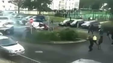 Dimanche, trois policiers en patrouille de la brigade anticriminalité de Créteil ont été pris à partie par des jeunes qui les ont visés avec des tirs de mortiers d'artifice