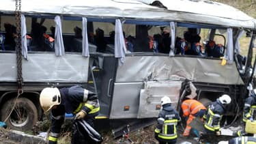 Au moins cinq personnes, dont trois adolescents, sont mortes et plusieurs autres ont été blessées dimanche matin en Belgique dans un accident d'autocar.