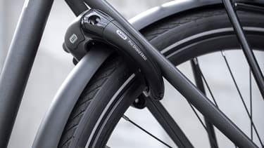 Le vélo Triumph est équipé d'un antivol Abus fixé sur la roue arrière