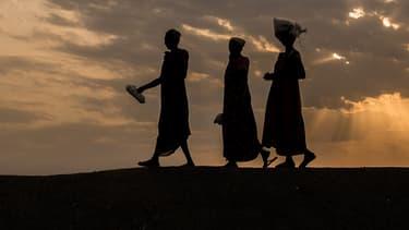 Trois femmes sud-soudanaises marchant aux alentours de Bentiu, le 13 février 2018