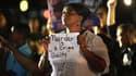 Une manifestante devant le palais de justice de Sanford, dans la nuit de samedi à dimanche.