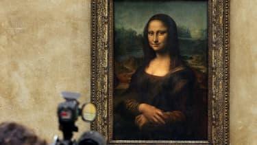 Un cameraman devant le chef d'oeuvre de Léonard de Vinci La Joconde au Louvre en 2005