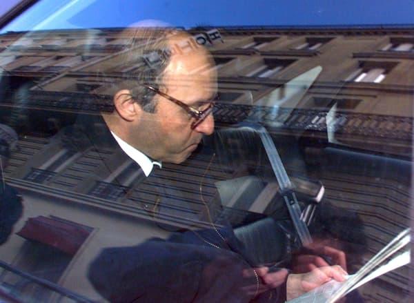 """Le """"prix de l'honneur et du sang"""". Laurent Fabius, alors président de l'Assemblée nationale, quittant la Cour de Justice de la République lors du procès du sang contaminé, le 11 février à Paris."""