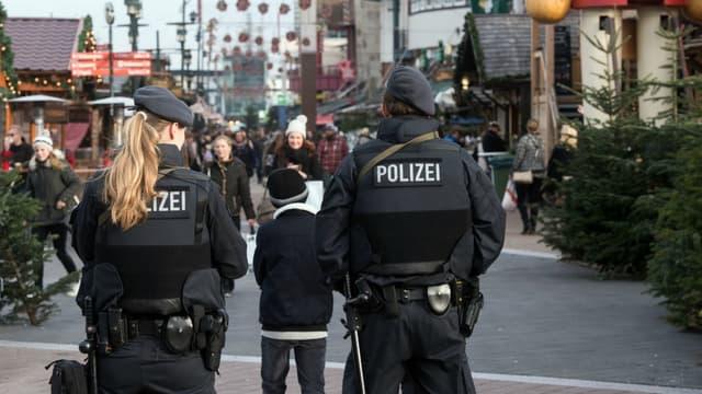 La police allemande patrouille sur le marché de Noël d'Oberhausen ce 23 décembre.