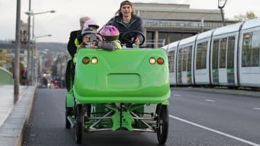 Les mobilités actives, ici un Cyclo-bus de la société S'cool bus, restent peu pratiqués en France pour accompagner les enfants à l'école.