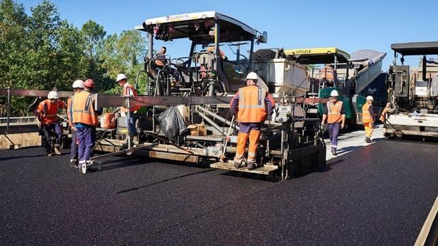 Ce tronçon d'un km sur une voie de l'A10 dans le sens Bordeaux-Paris a été réalisé par par Eurovia (Vinci) avec la collaboration du constructeur de matériel Marini-Ermont (Groupe Fayat).