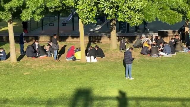 Des consommateurs de crack regroupés aux jardins d'Éole, le 19 mai 2021.