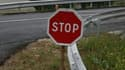 Un panneau STOP à l'embranchement d'une route française.