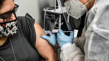 Heather Lieberman, volontaire pour tester un vaccin anti Covid-19 en Floride, lors de son injection dans un centre de recherche le 13 août 2020. (Photo d'illustration)
