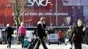 La SNCF va proposer des billets à 50 euros pour les Français rapatriés vers les aéroports du sud du pays en raison du nuage de cendres volcaniques venu d'Islande afin de leur permettre de regagner le nord de la France. /Photo d'archives/REUTERS/Charles Pl