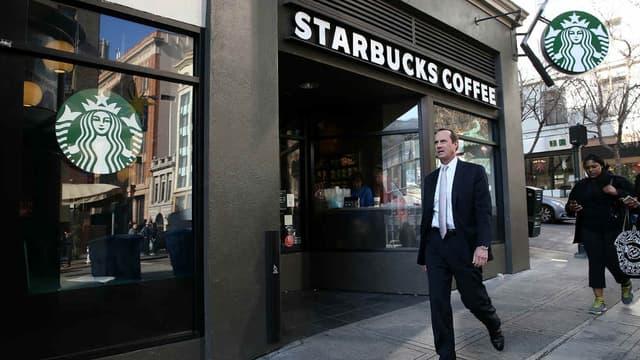 Lorsqu'un client sourd se rend compte que sa serveuse Starbucks apprend la langue des signes rien que pour lui, il partage son histoire sur les réseaux sociaux.