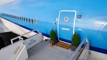 Un MD11 de KLM a été réaménagé en appartement pour accueillir des voyageurs pour une nuit sur le tarmac de l'aéroport d'Amsterdam.