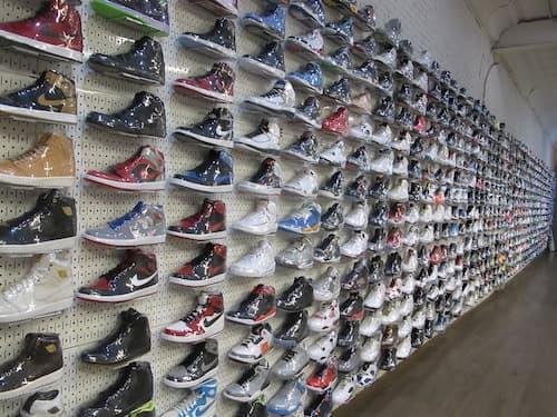 A New York, les sneakers se vendent dans des boutiques qui n'ont rien à envier aux enseignes de luxe.