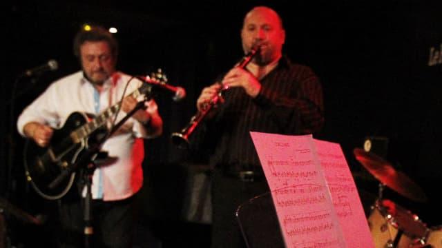 """Jean-François Copé joue du piano avec son groupe les """"Melding Potes"""", le 26 avril 2010 au Petit Journal Montparnasse à Paris."""