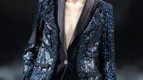 La femme Chanel de l'hiver prochain, présentée à Paris mardi, joue la carte de l'androgynie avec des pièces sombres. Largement dominée par le noir, la collection pensée par Karl Lagerfeld poursuit le processus de rajeunissement de la marque avec un vestia