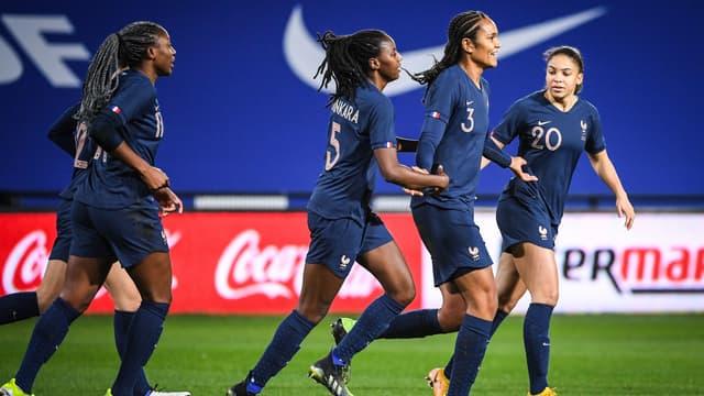 Wendie Renard félicitée avec l'équipe de France, à Metz le 20 février 2021