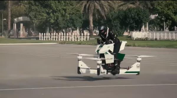 La moto volante peut s'élever à une hauteur de 5 mètres et parcourir jusqu'à 6 kilomètres.