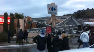 Le toit de d'un magasin Carrefour à Nice s'est à demi-effondré.